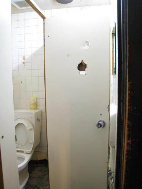 居酒屋 花より団子 リニューアル前 トイレのパンチ跡
