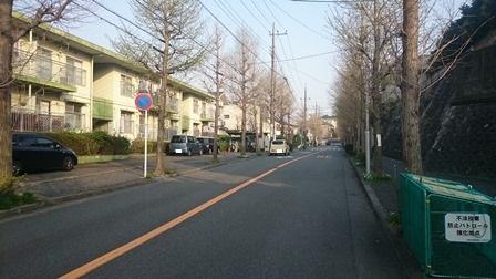 柿生駅のバスロータリーの先