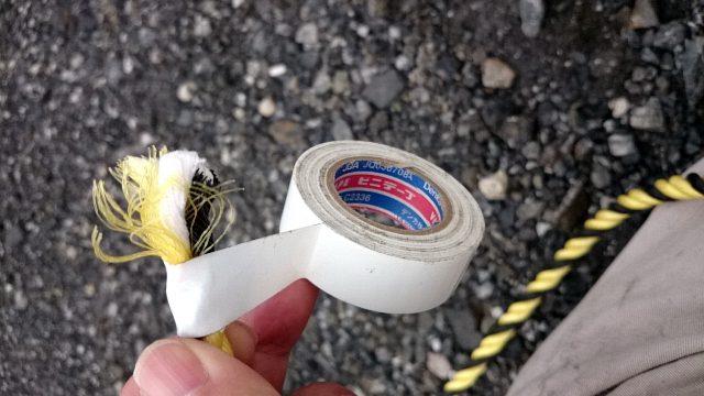 トラロープ小口をビニールテープで止める。