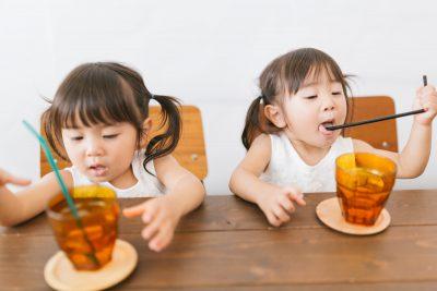ジュースを飲む子供達
