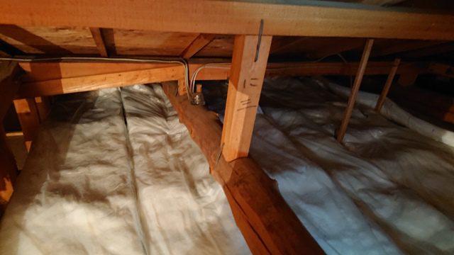 屋根裏 断熱材敷き込み
